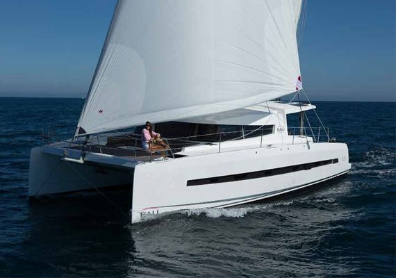 Catamarán Bali 4.5 navegando por aguas profundas