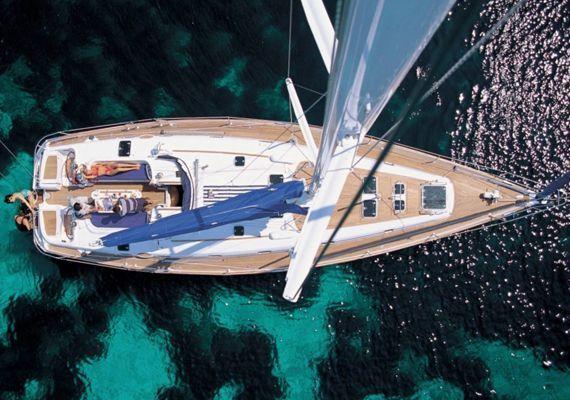 El velero beneteau50 visto desde el aire y con foto al mástil