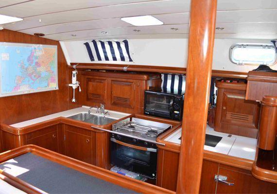 El velero beneteau50 dispone de cocina de fuego y horno