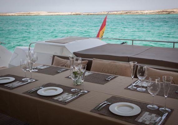 Comidas, desayunos y cenas en el catamarán